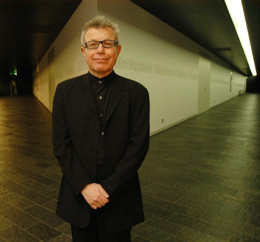 Porträt von Daniel Libeskind in den Achsen des Neubaus des Jüdischen Museums
