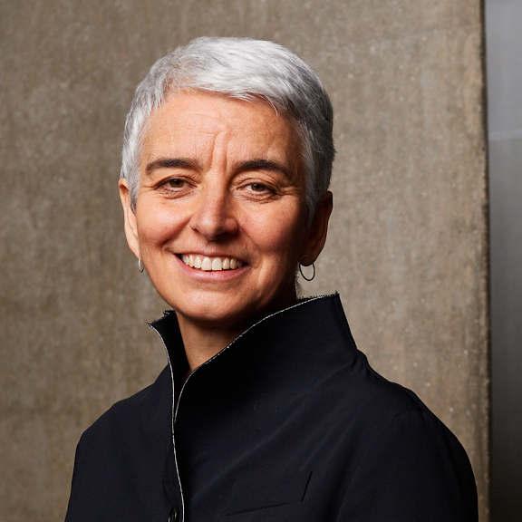 Portrait von Hetty Berg im Inneren des Libeskind-Baus