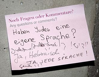 """Ein pinker Post-it-Zettel mit der Frage des Monats: """"Haben Juden eine eigene Sprache?"""""""