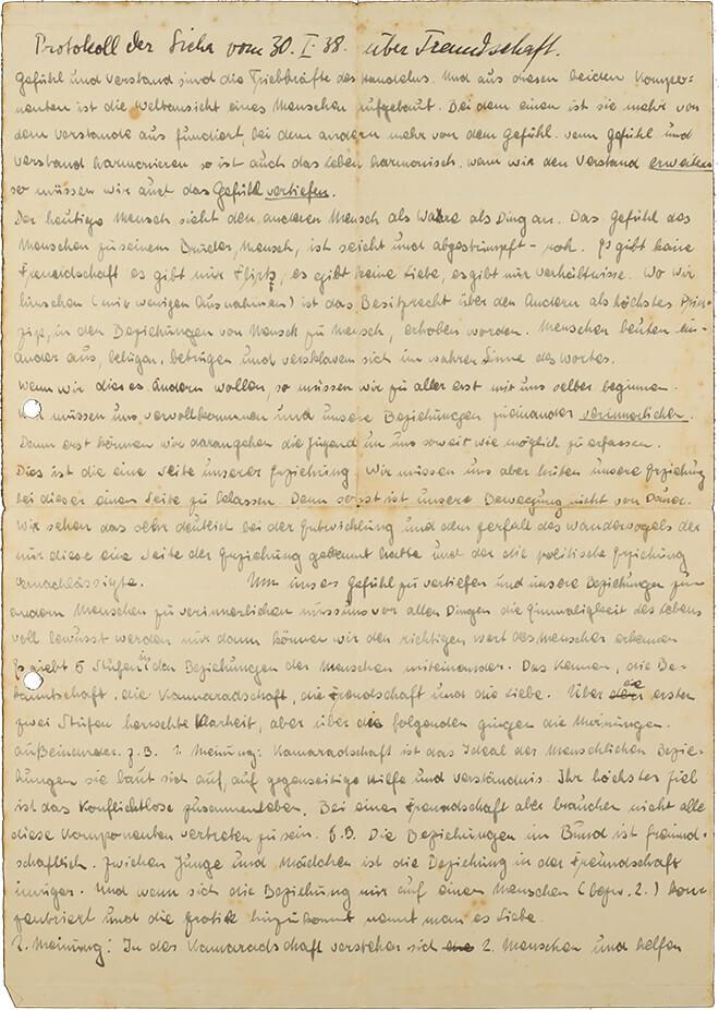 Mit Handschrift eng beschriebenes Blatt Papier, das etwas vergilbt ist