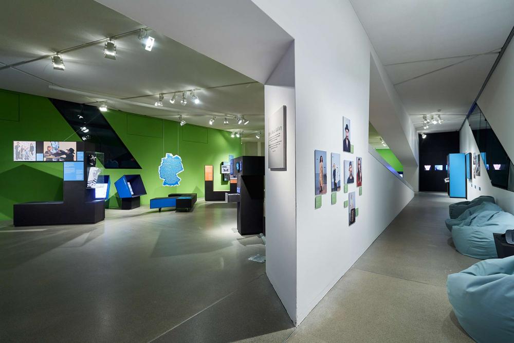 Raumansicht der Ausstellung mit mannshohen Buchstaben und gemütlichen Sitzsäcken