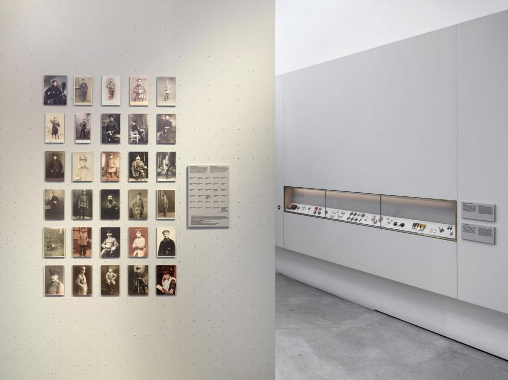 Blick in Raum mit Soldatenporträts, im Hintergrund Vitrine mit Kriegsorden