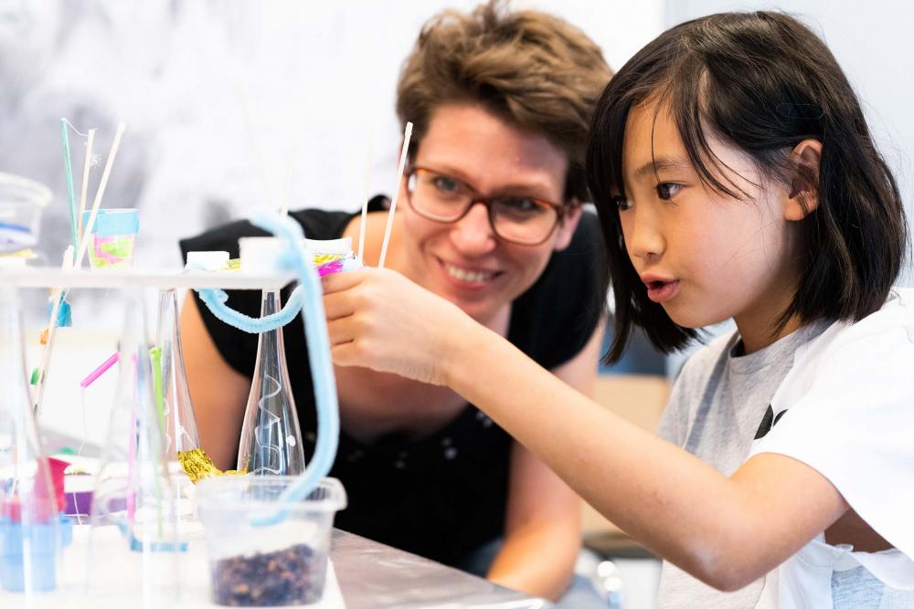 Eine Teilnehmerin arbeitet konzentriert im ArtLab