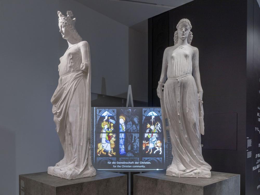 Statuen von Ecclesia (links) und Synagoga (rechts) in der Ausstellung