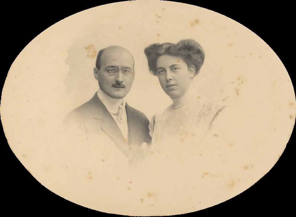 Das ovale Foto zeigt links einen Mann, rechts eine Frau, jeweils als Brustbild. Er trägt Anzug mit Einstecktuch und Monokel, sie trägt ein weißes, hochgeschlossenes Oberteil und eine Hochsteckfrisur.