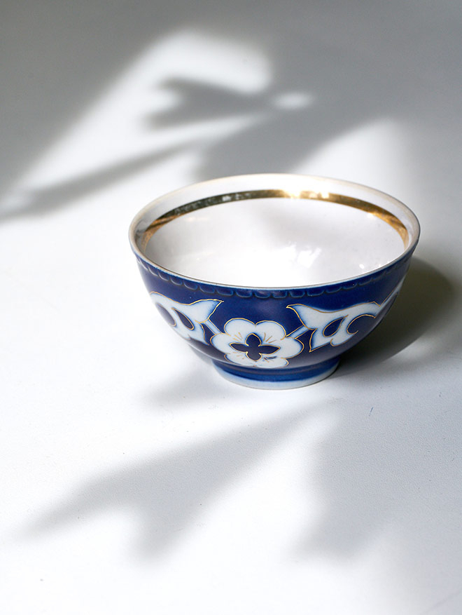 Photo of a blue-white patterned tea bowl with golden rim