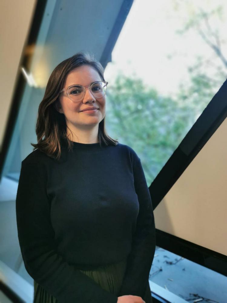 Porträt von Lena Wanner vor einem Fenster im Neubau des Jüdischen Museums