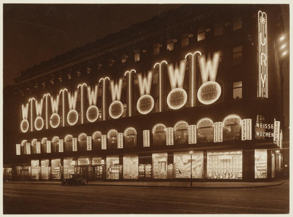 Schwarz-Weiß Fotografie des Warenhauses bei Nacht