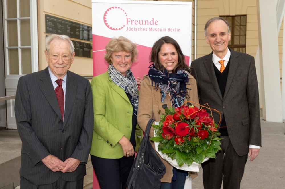 Foto von v.l.n.r.: W. Michael Blumenthal, Monika Grütters, Paula Konga, Peter Schäfer
