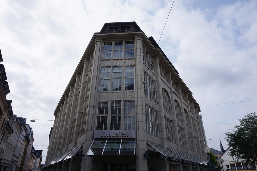 """Photo of a large department store with the inscription """"Sinn & Leffers"""""""