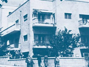 Wohnhaus, Bäume und Passanten – das Foto auf dem Buchdeckel zeigt eine Straßenecke in Rechavia.