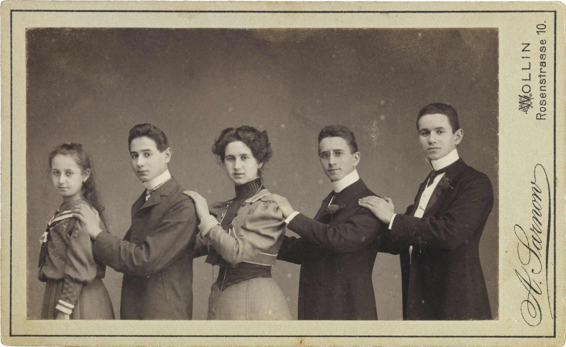 Schwarz-weiß-Foto: Fünf Jugendliche, die der Größe nach von links nach rechts aufgestellt sind, Atelieraufnahme