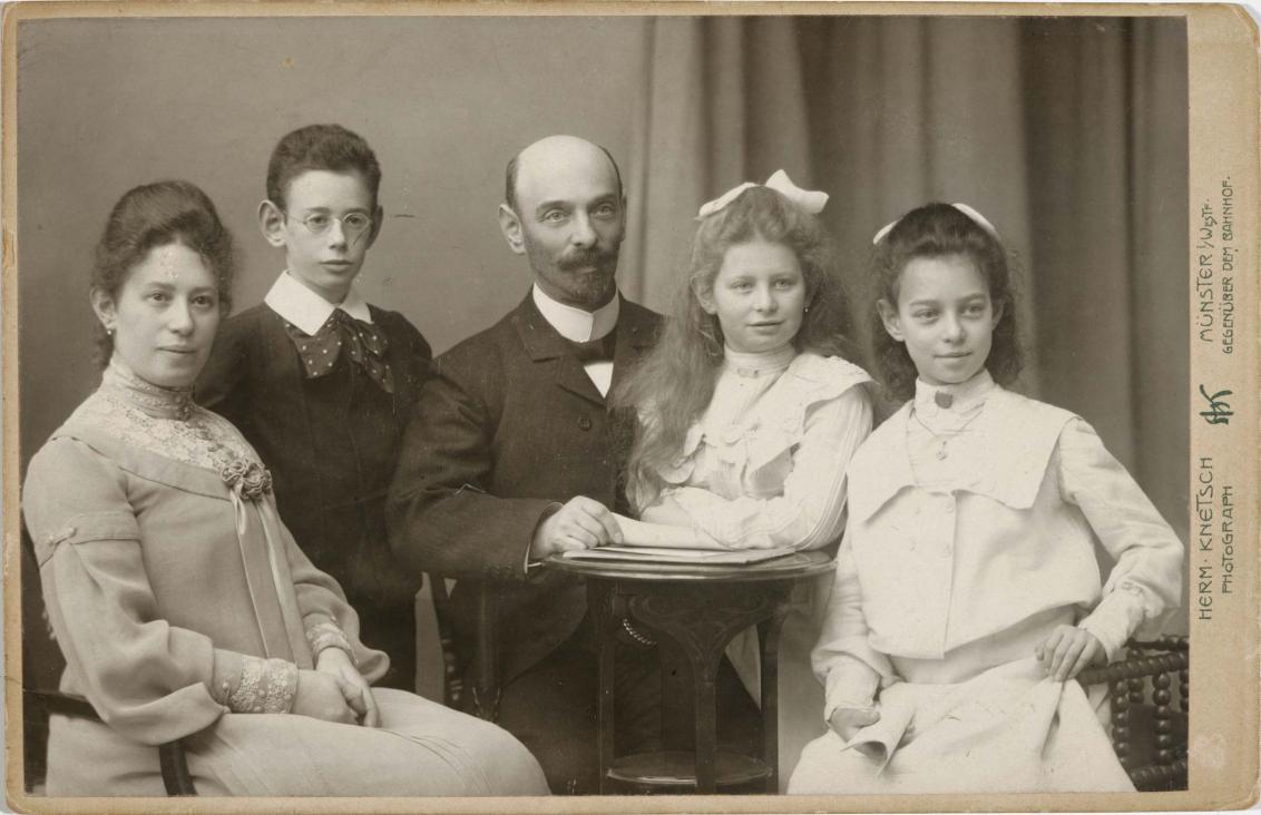 Schwarz-weiß-Foto: Ehepaar mit zwei Töchtern und einem Sohn, Atelieraufnahme