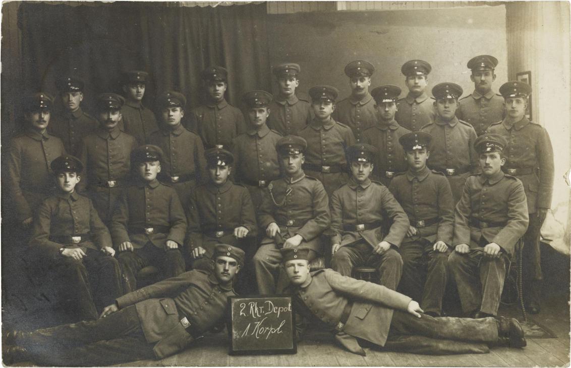 Schwarz-weiß-Foto: 24 uniformierte Soldaten, Atelieraufnahme