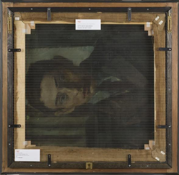 Ölmalerei auf Leinwand: abgebildet ist das Porträt eines jungen Mannes innerhalb der Rückseite des Holzrahmens, über das eine durchsichtige Platte gelegt ist