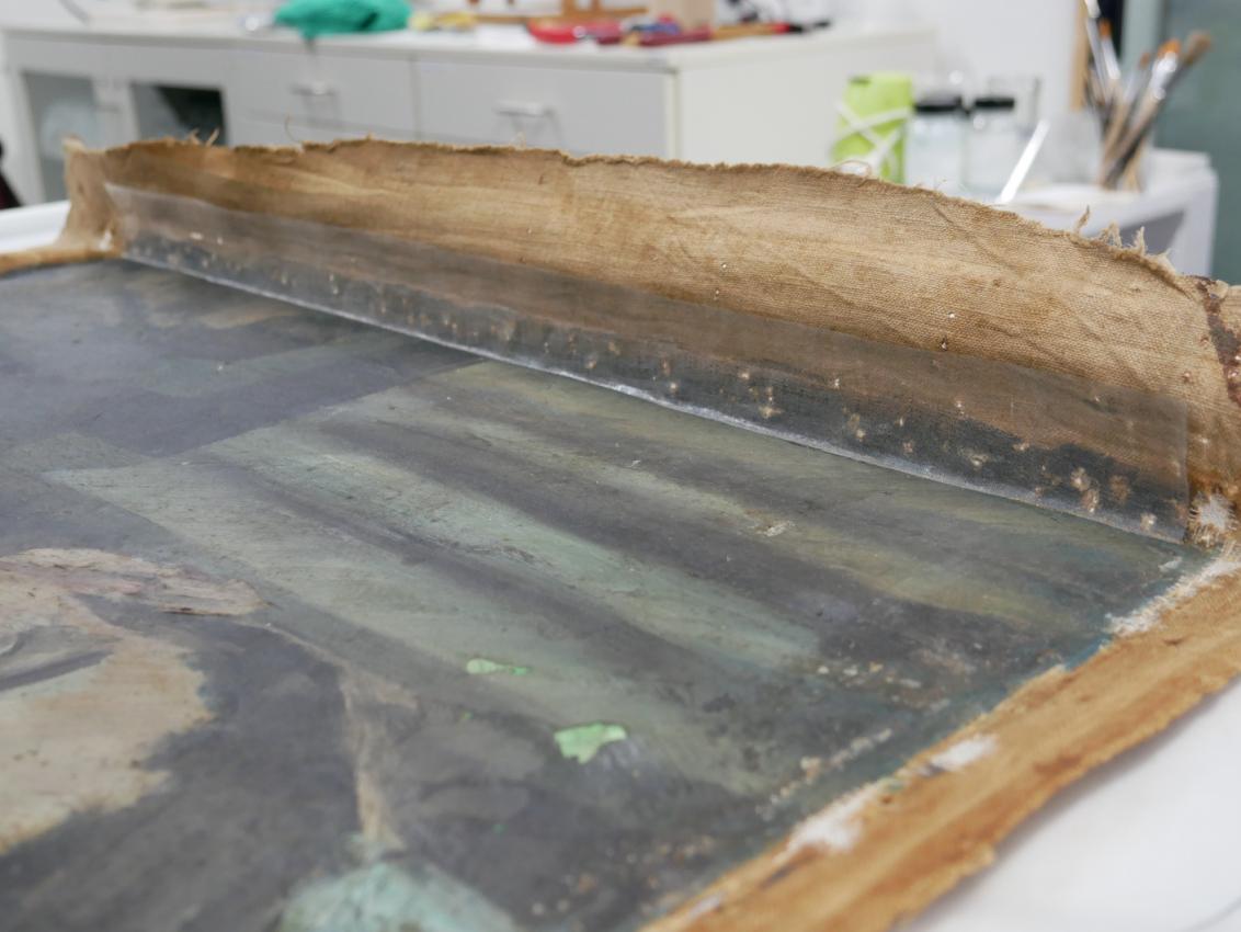 Rückseite der Leinwand auf einem Tisch ausgelegt mit Seidengewebe entlang der äußeren Kant