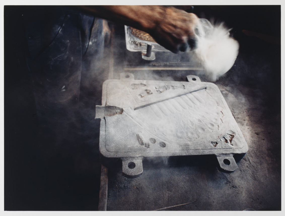 Die Abformung der Chanukka-Lampe wird mit Kohlestaub und Formpuder bestäubt