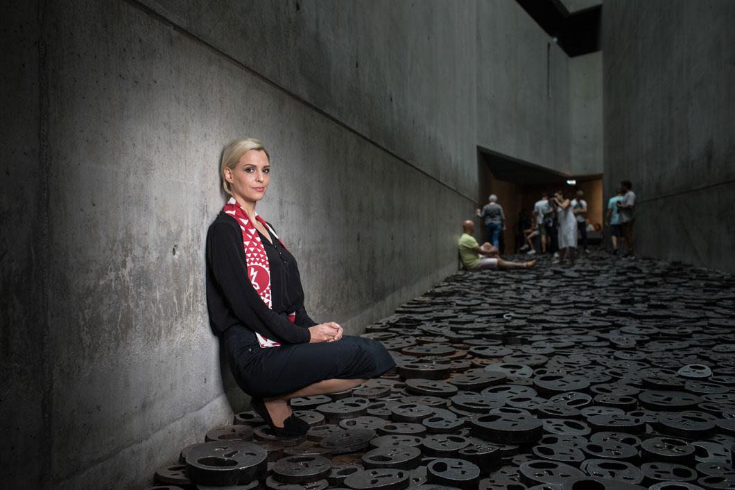 A young woman sitting in the Memory Void of the Jewish Museum Berlin