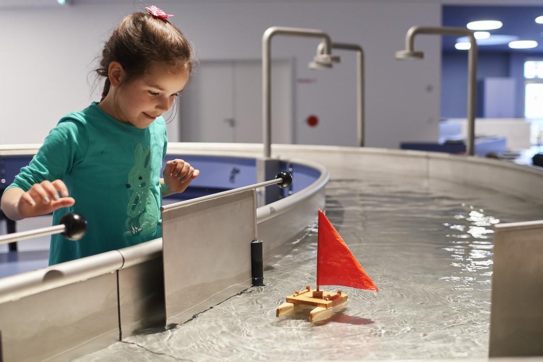 Mädchen an Wasserstation in der Kinderwelt Anoha