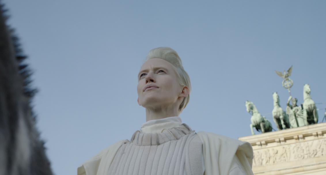 Filmstill mit Kopf einer Frau vor Brandenburger Tor