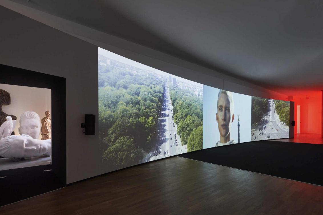 Raumansicht mit einer großen Video-Projektion