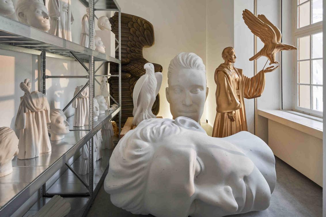 Raumansicht mit Büsten und Skulpturen