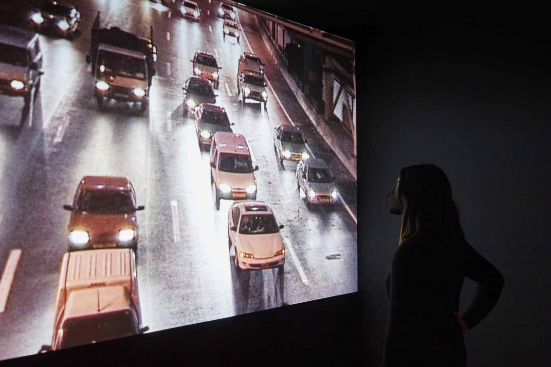 Videoprojektion einer befahrenen Straße