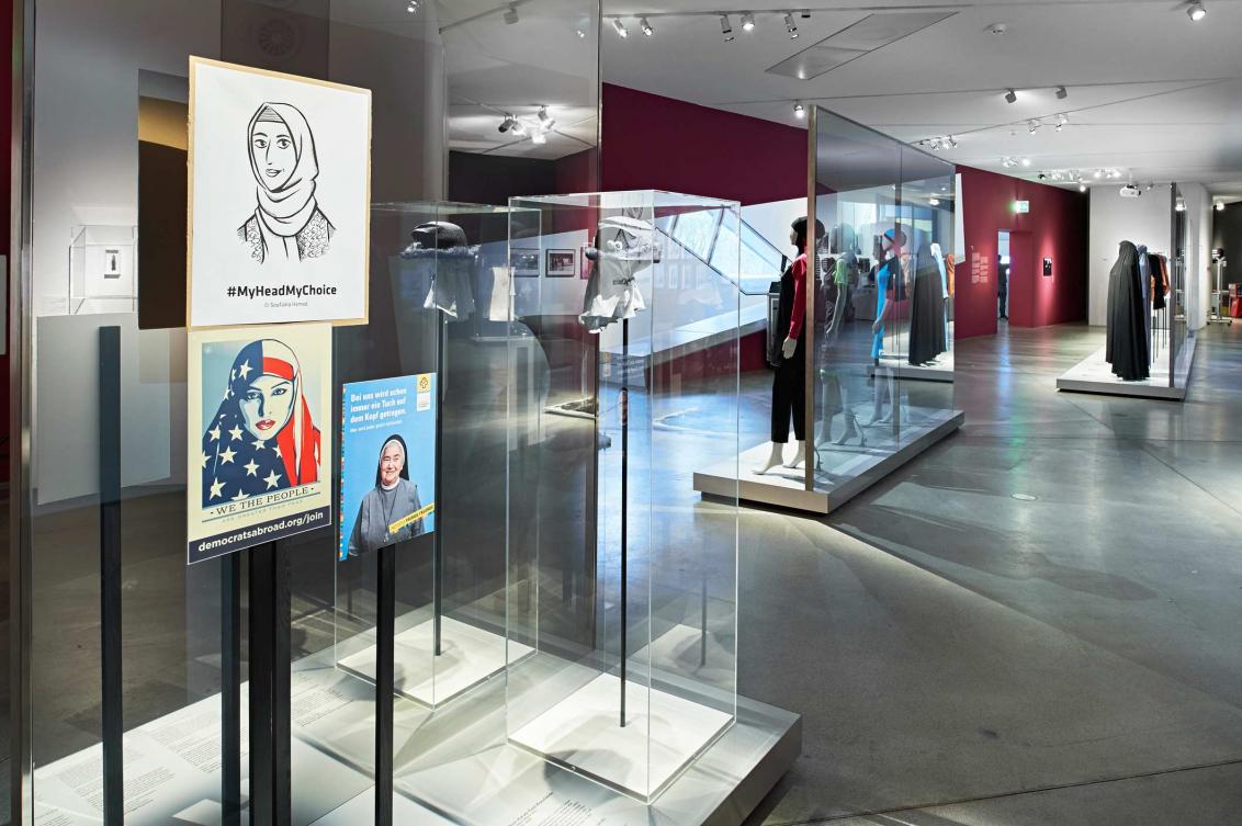 Blick in die Ausstellung Cherchez la femme