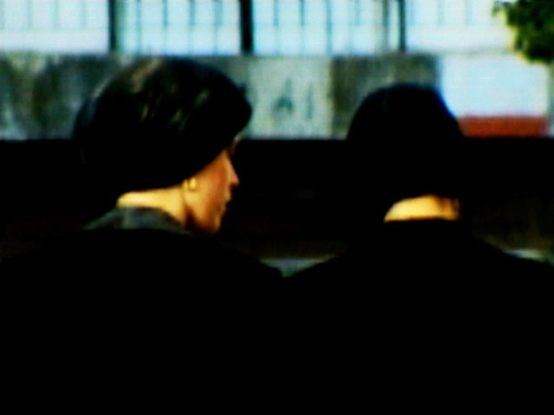 Zwei Frauen mit Kopfbedeckung (von hinten)