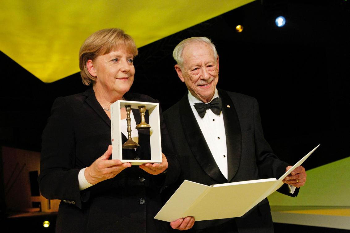 Jubiläumsdinner 2011: Michael Blumenthal übergibt Angela Merkel den Preis