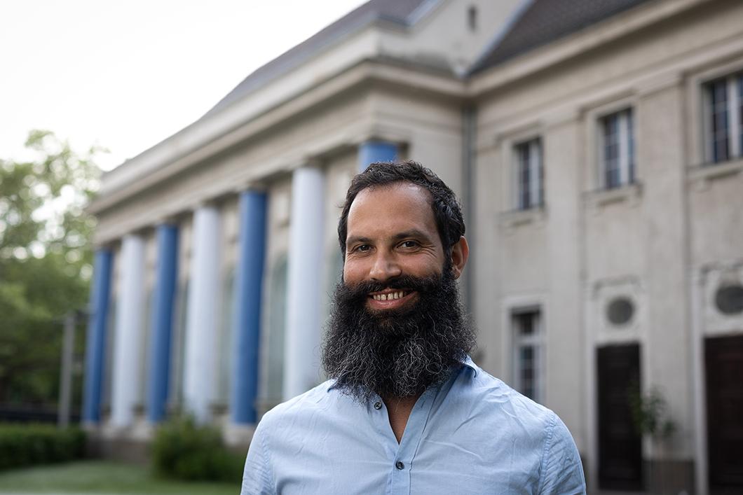 Porträt von Dekel Peretz vor der Synagoge Fraenkelufer