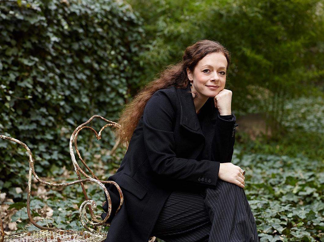 Porträt von Shelly Kupferberg in einem Garten