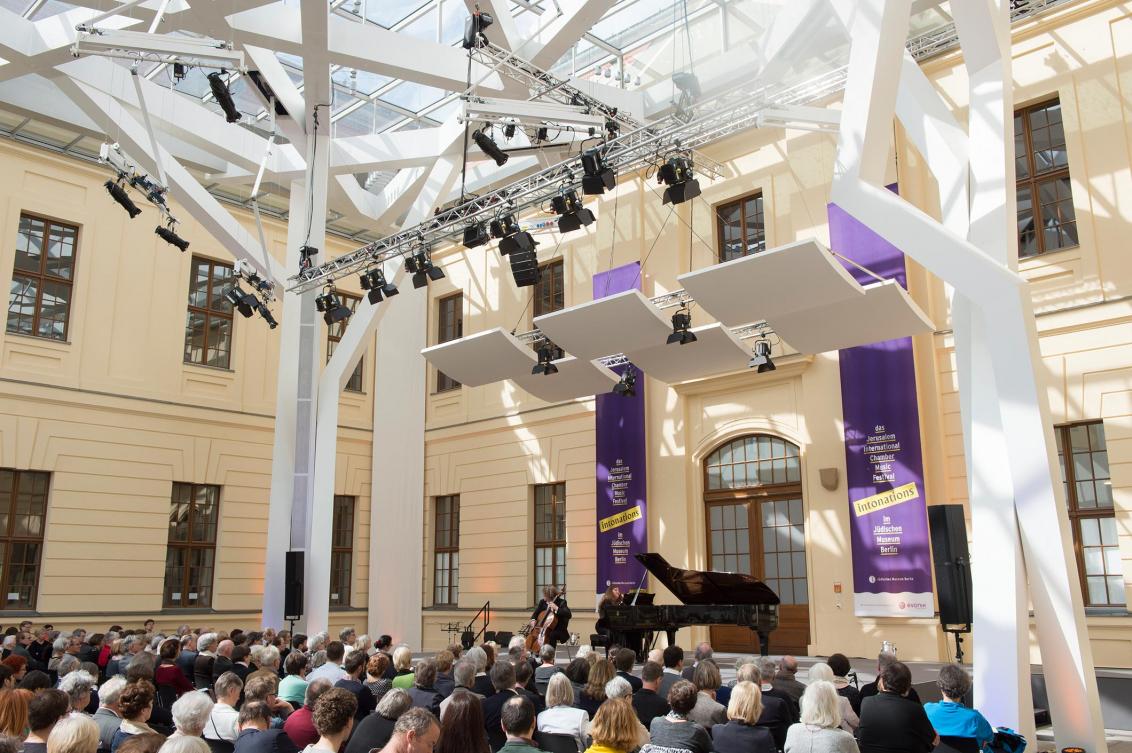 Glashof mit Bühne und Besuchern