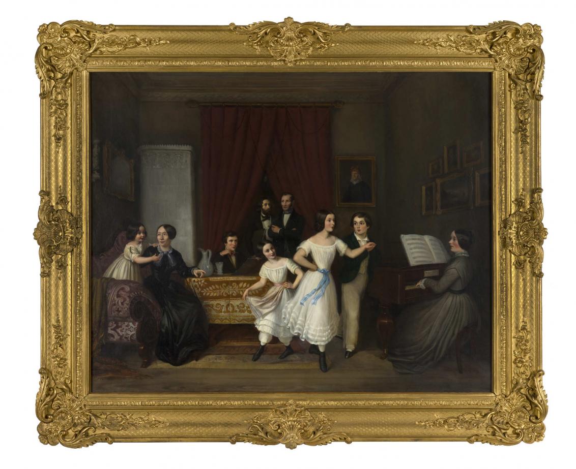 Bild mit Erwachsenen und Kindern, auf der rechten Seite sitzt eine Frau an einem Klavier, in der Mitte tanzen drei Kindern