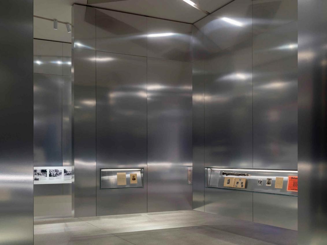 Metall-Wände, die über dem Boden schweben mit Vitrinen