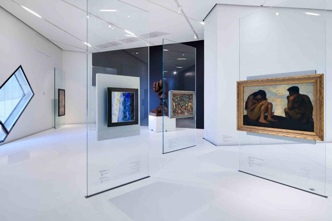 Weißer Raum, Galsstelen, an denen Gemälde hängen