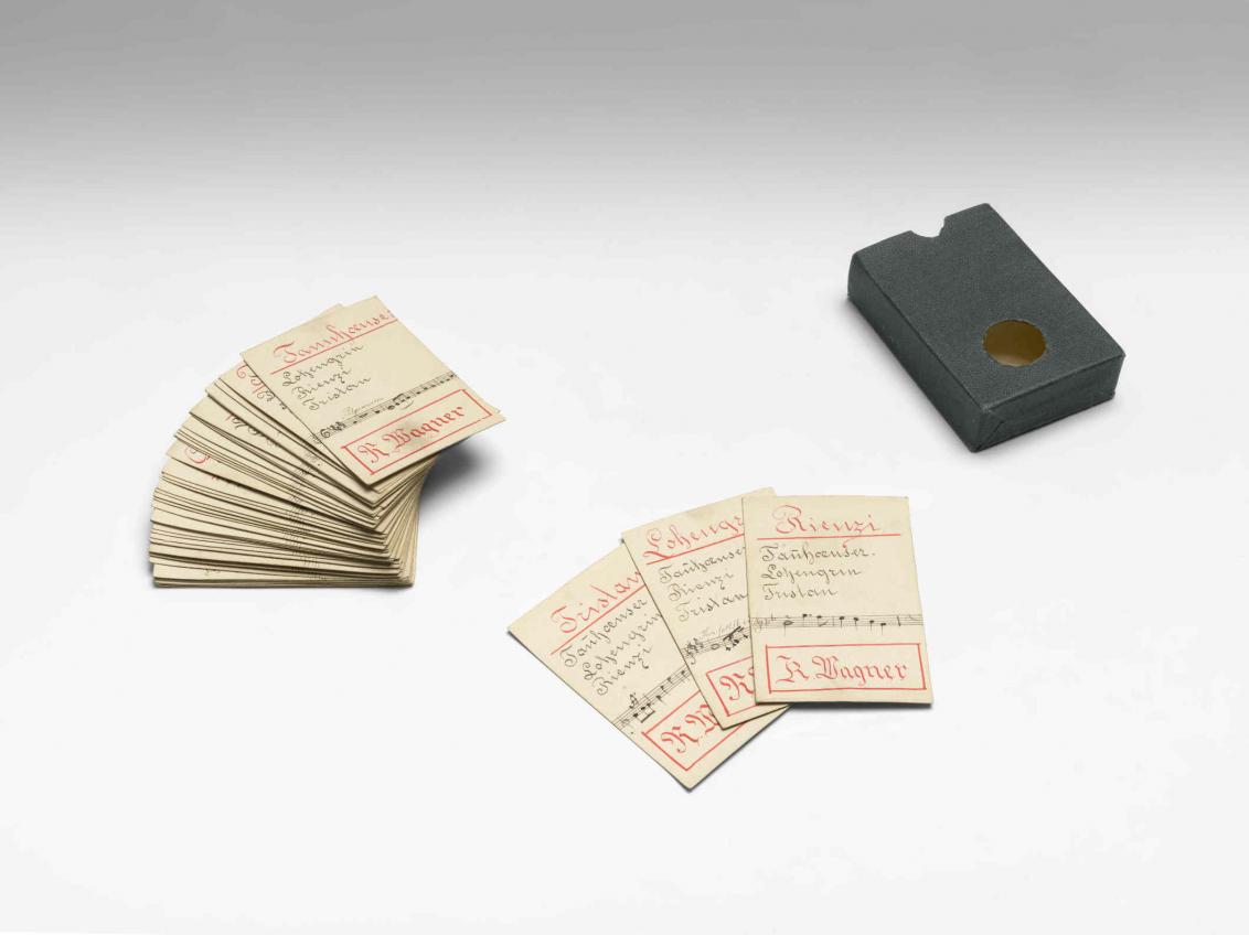 Aufgefächerte Karten mit Noten und eine Kartenbox
