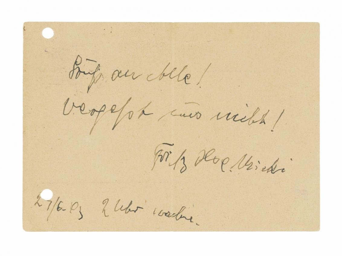 Gelochte Postkarte mit handgeschriebenen Text in Schreibschrift