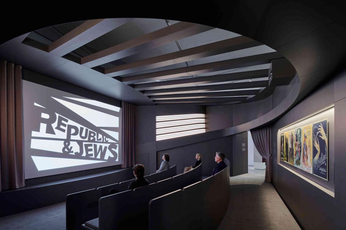 Kinosaal mit drei Reihen und Zuschauenden, auf der Leinwand steht Republic & Jews