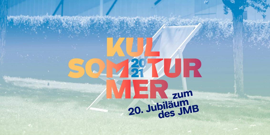 Grafik in Blau-Grün-Tönen: Liegestuhl im Museumsgarten, im Hintergrund die Fassade des Libeskind-Baus, darauf die Aufschrift Kultursommer 2021 zum 20. Jubiläum des JMB