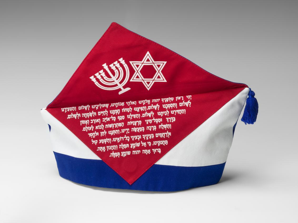 Handgefertigtes blau-weiß-rotes Krätzchen (Gesellschaftsmütze bzw. Narrenkappe) des jüdischen Karnevalsvereins Köllsche Kippa Köpp e.V., linke Seite, aufgeklappt