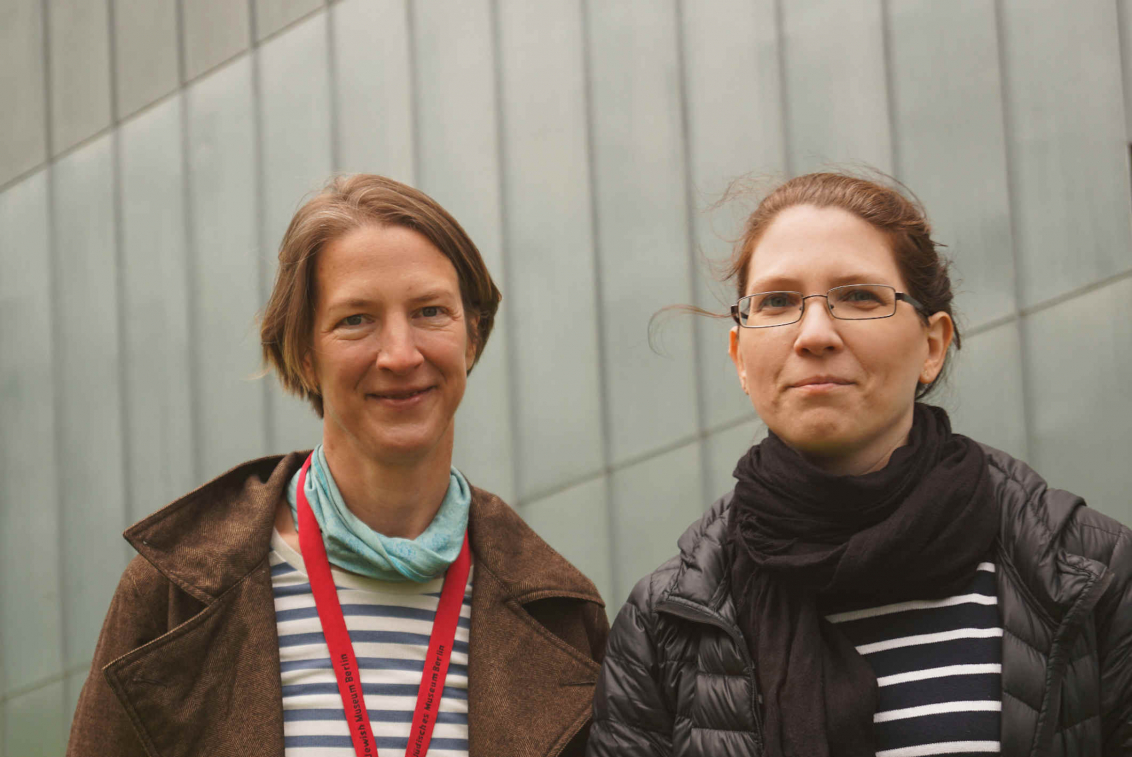 Portrait of Birgit Mauer-Porat and Valeska Wolfram, in the background you can see the metal cladding of the Libeskind Building.