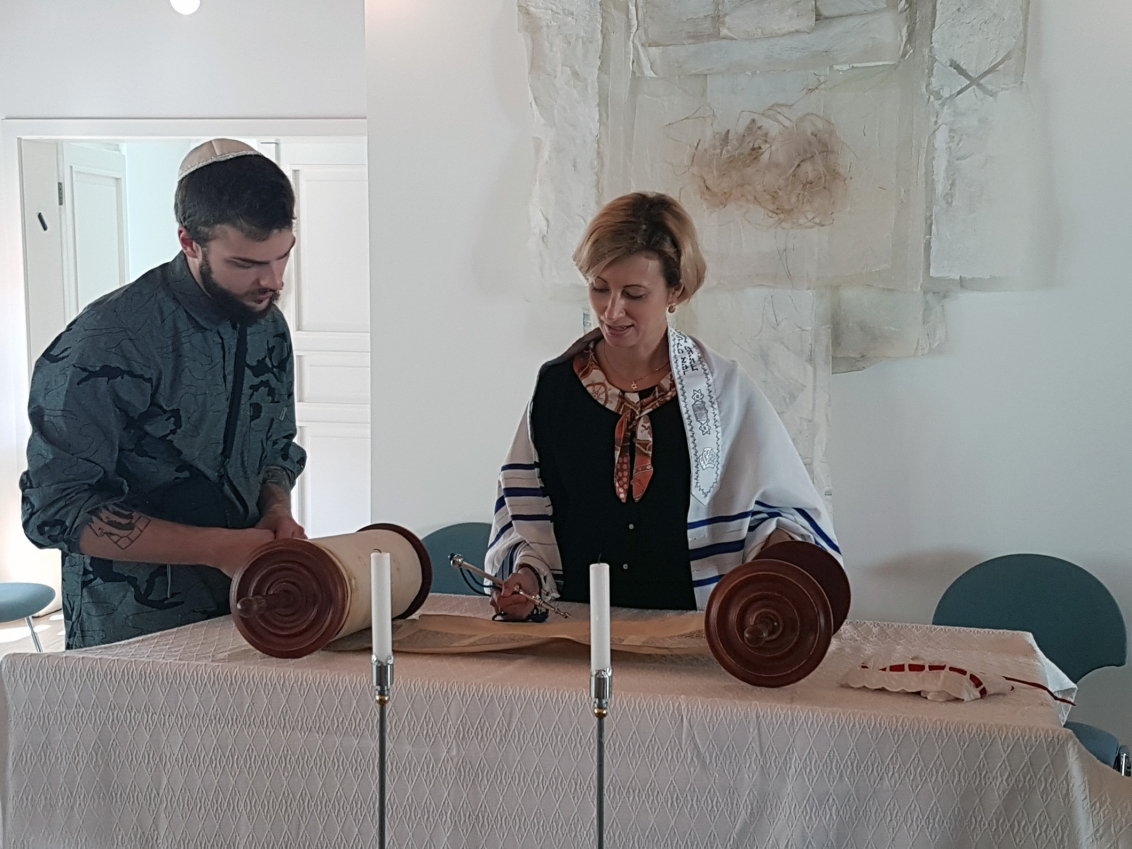 A pupil stands next to Rabbi Alina Treiger in the Oldenburg Synagogue