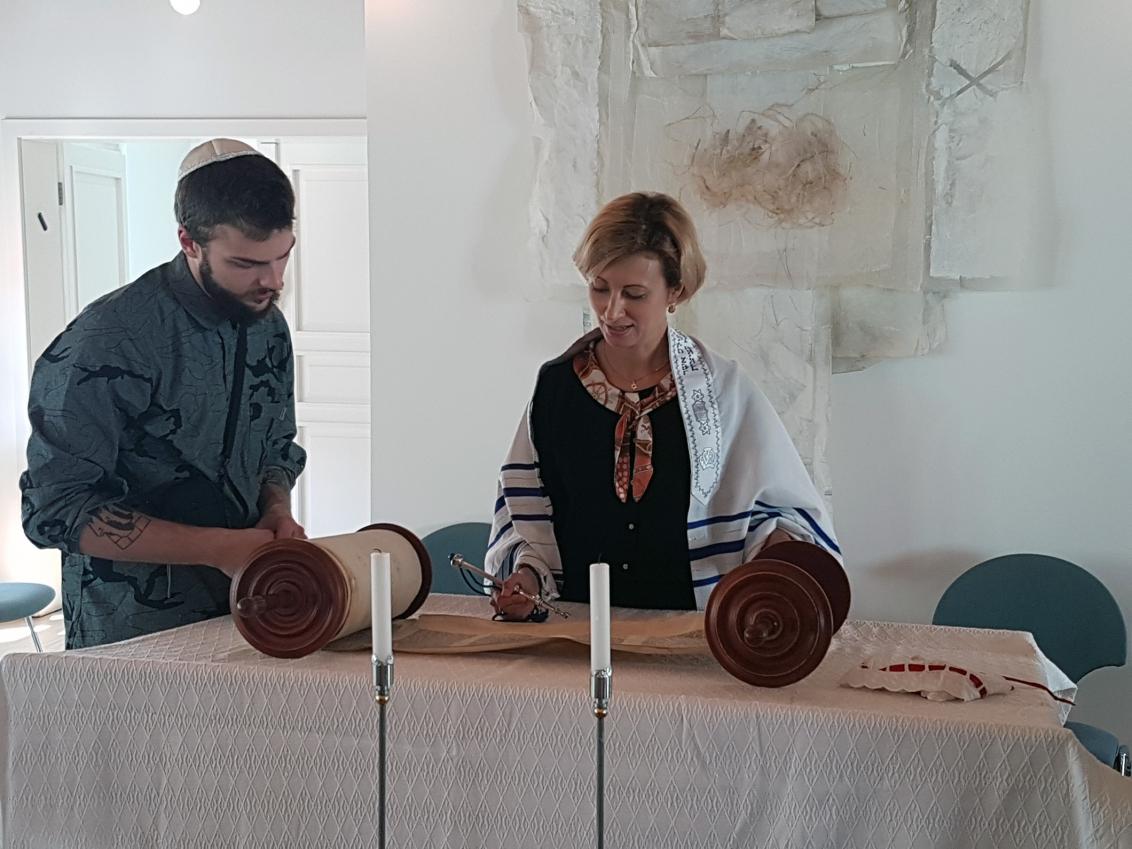 Ein Schüler steht neben Rabbinerin Alina Treiger in der Synagoge Oldenburg