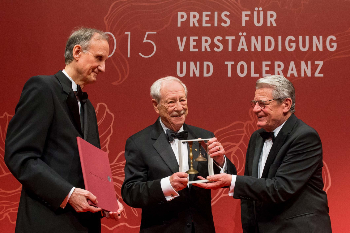 Jubiläumsdinner 2015: Joachim Gauck und Peter Schäfer überreichen W. Michael Blumenthal den Preis für Verständigung und Toleranz