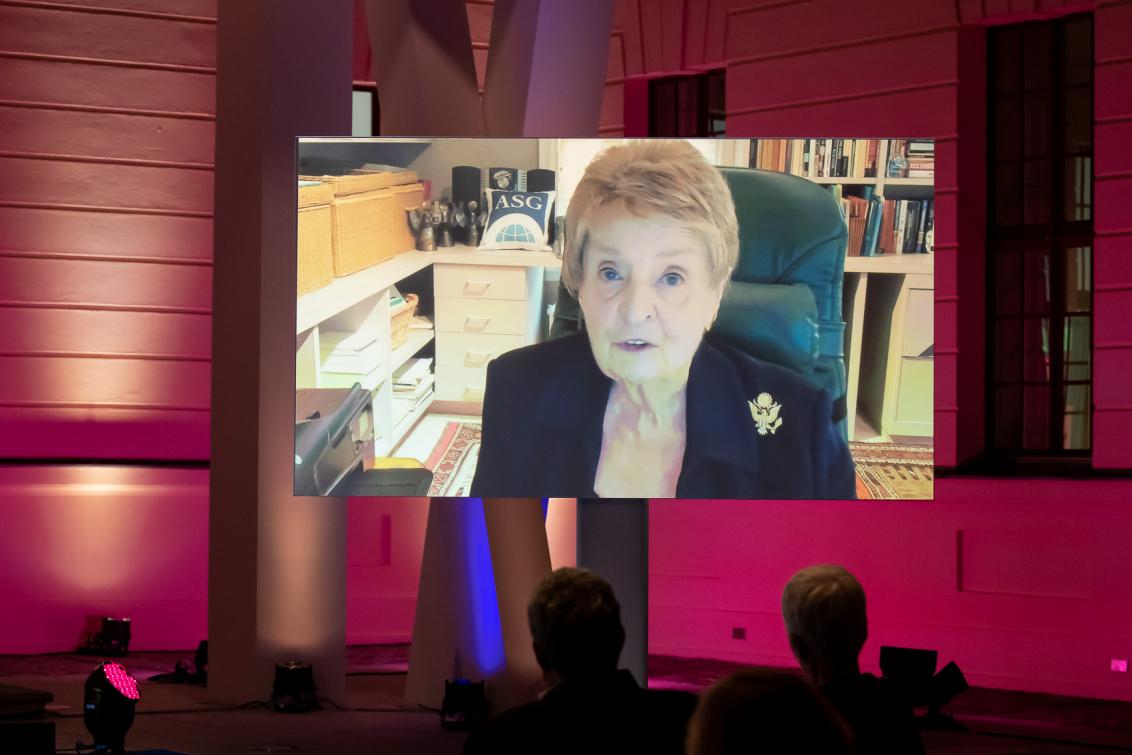 Madeleine Albright ist auf einer Leinwand per Video-Call zugeschaltet