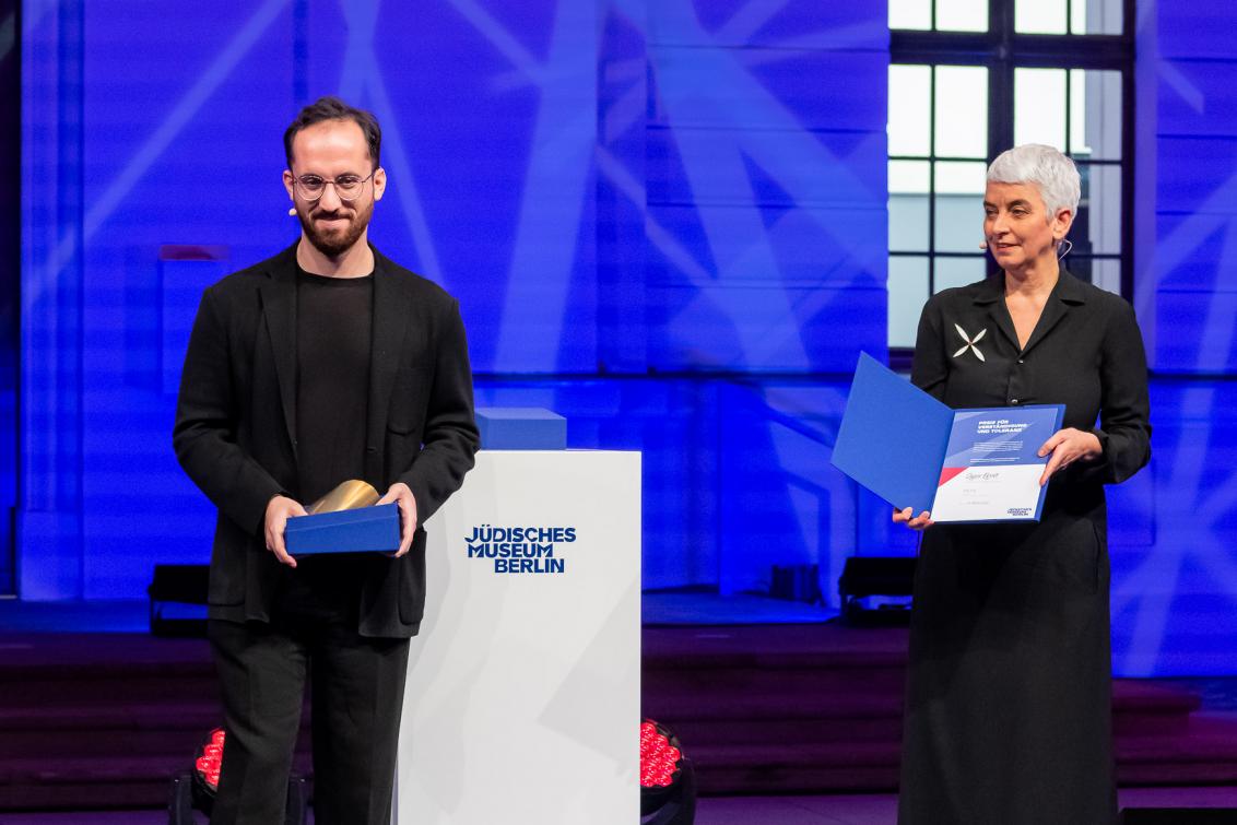 Igor Levit und Direktorin Hetty Berg stehen auf einer Bühne