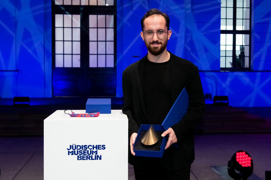 Igor Levit hält seinen Preis in die Kamera