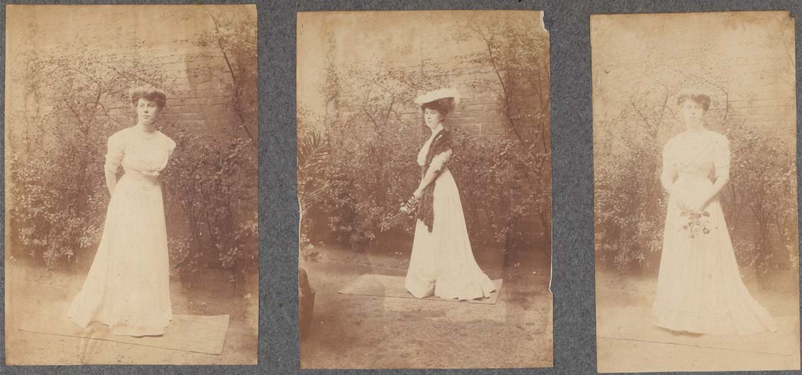 Fotoalbumseite (Ausschnitt) mit drei Schwarz-Weiß-Fotografien einer stehenden jungen Frau. Ihre Posen variieren leicht, ebenso ihre Accessoires (mit und ohne Blumen in der Hand, mit und ohne Stola).