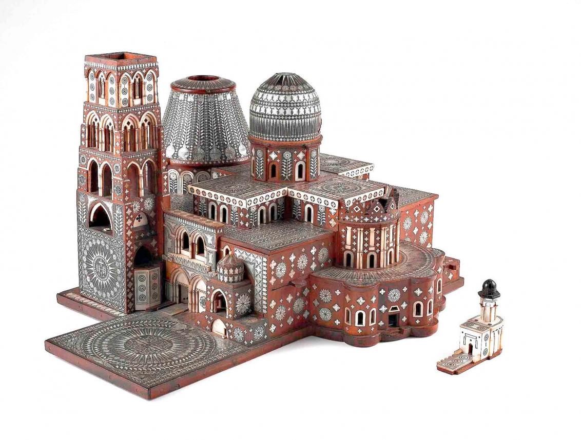 Das Modell zeigt ein verschachteltes Bauwerk mit drei Türmen und zahlreichen flachen, terrassenartigen Dachbereichen auf  unterschiedlichen Ebenen